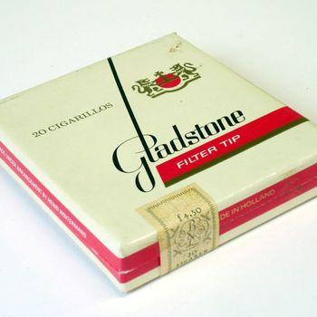Vier doosjes gevuld met kleine sigaren van het merk Gladstone filter tip vervaardigd door Henri Wintermans Nederland