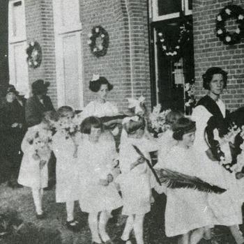 Zwart-wit foto van de processie voor het Michaelgesticht in Herwen  1930