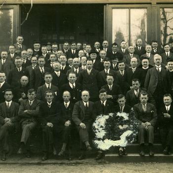 Zwart-wit foto van een groepsfoto van de parochie in Aerdt ca. 1930-1960