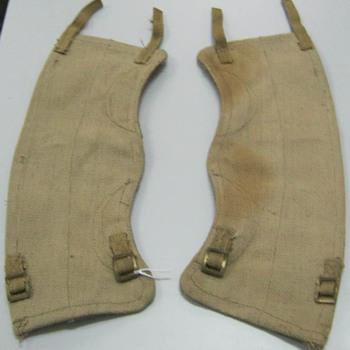 Twee beenkappen van canvas van het uniform van de Engelse 1ste Airborne Divisie in de Slag om Arnhem in september 1944
