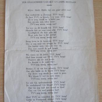Liedtekst op een vel papier getiteld 'Opgedragen aan Voetbal- en Athletiekvereniging T.V.V. ter gelegenheid van het 12½-jarig bestaan' door 'Supporter' ca. mei 1938