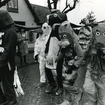 Zwart-wit foto van de carnavalsoptocht in Herwen door Henk Westerveld februari 1988