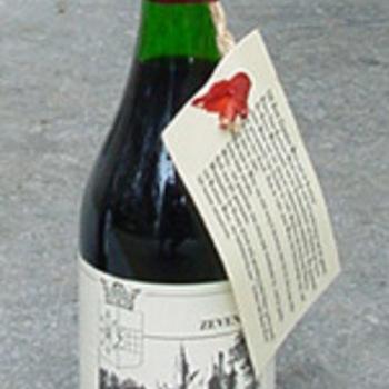 Wijnfles gevuld met rode wijn ter gelegenheid van Zevenaar 500 jaar stadsrechten circa 1986