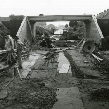 Zwart-wit foto van de bouw van de tunnel Transeedijk - Komstraat te Lobith in 1974