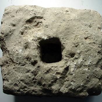 Bouwfagment van steen Romeins ca. -12-450