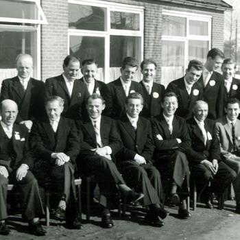 Zwart-wit foto van voetbalvereniging Carvium bij het 25 jarig bestaan in Herwen op 3 maart 1963