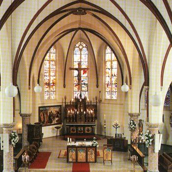 Kleurenfoto van het interieur van de Sint Martinuskerk in Wehl
