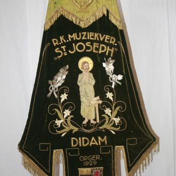 Vaandel van stof van de R.K. Muziekvereniging St. Josef Didam circa 1929