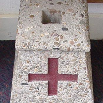 Standaard van beton voor vaandels langs de route van de processie circa 1930