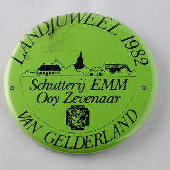 Button van 'Landjuweel van 1982 Gelderland' van metaal en kunststof, Schutterij EMM Ooy, Zevenaar