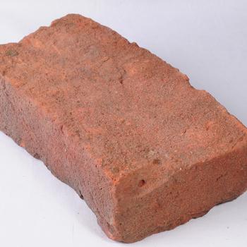 Baksteen speciaal voor gebruik bij het metselen van een put van aardewerk