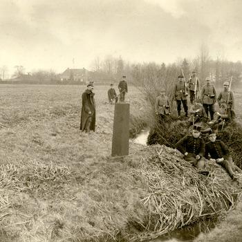 Zwart-wit foto van grensbewakers van de grens Beek - Elten ca. 1915