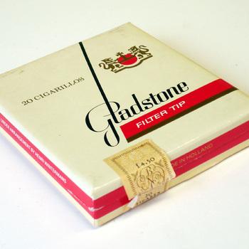 Doosje gevuld met kleine sigaren van het merk Gladstone filter tip vervaardigd door Henri Wintermans Nederland