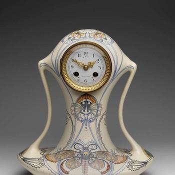 Klokkkast van aardewerk met uurwerk