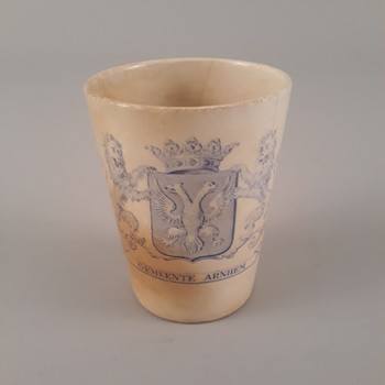 """Beker van aardewerk """"GEMEENTE ARNHEM' 1813-1913"""