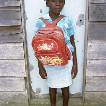 Meisje met schooltas voor schuur
