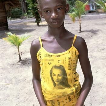 Meisje met geel hemdje met afbeelding van blonde vrouw