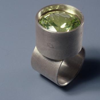 Ring van zilver, synthetische steen en goud
