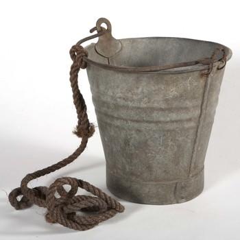 Putemmer van metaal, met hengsel, daaraan een touw