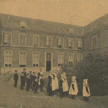 Foto, voorstellende Elisabeth Weeshuis te Culemborg met weeskinderen, 1918