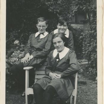 Foto, voorstellende weeskinderen, Elisabeth Weeshuis, Herenstraat te Culemborg, circa 1940