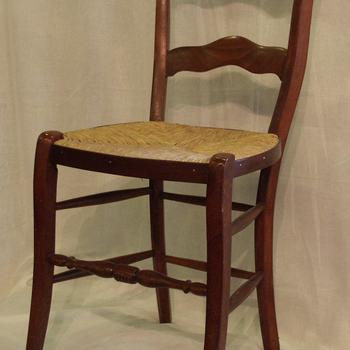 Stoel van hout, het zitraam gedekt met biezen; zogenaamde Culemborgse stoel, vervaardigd circa 1900. Herkomst: boerderij Goilberdingen