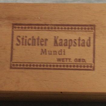 sigarenkist van hout en op het deksel het opschrift Stichter Kaapstad Mundi wett. ged. Mogelijk vervaardigd voor het jubileumjaar 1952 toen de stichting van Kaapstad door Jan van Riebeeck, geboren in Culemborg, werd herdacht