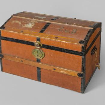 kist van hout met ijzeren beslag, geassocieerd met Cornelia van Beurden en het Elisabeth Weeshuis te Culemborg, 1942