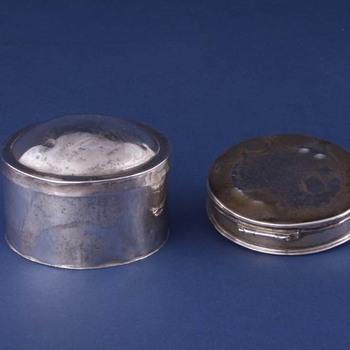 Pyxis van zilver, binnenzijde verguld, vervaardigd door een onbekende Amsterdamse zilversmid, 1731