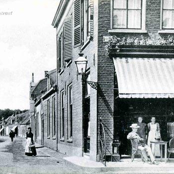 Ansichtkaart, voorstellende de Prijssestraat, hoek Varkensmarkt te Culemborg, 1900-1905