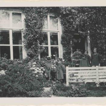 Foto, voorstellende weeskinderen, Elisabeth Weeshuis, Herenstraat te Culemborg, jaren '30