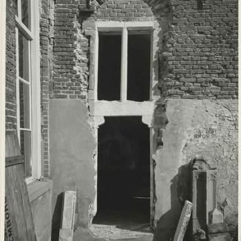 Foto, voorstellende deur van de kapel van het Elisabeth Weeshuis aan de Herenstraat te Culemborg,  1950