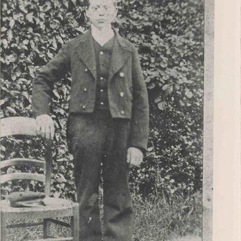Foto, voorstellende weesjongen, Elisabeth Weeshuis, Herenstraat te Culemborg, circa 1920