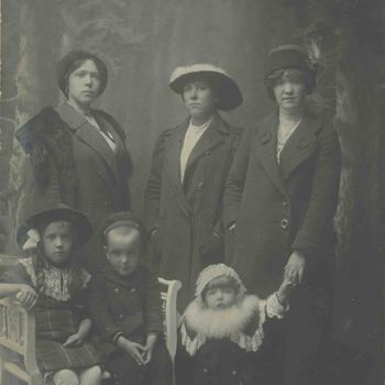 Foto, voorstellende Belgische vluchtelingen WOI te Culemborg, 1914