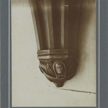 Foto, voorstellende kraagsteen, Grote of Barbarakerk te Culemborg, circa 1910