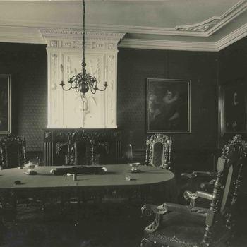 Foto, voorstellende protectorenkamer Elisabeth Weeshuis, Herenstraat te Culemborg, vervaardigd door G.J. Lauwers, circa 1930