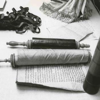 Foto, voorstellende rituele voorwerpen uit de synagoge  te Culemborg