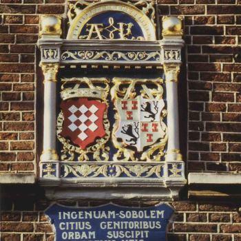 Foto, voorstellende wapen in de muur van het Elisabeth Weeshuis  aan de Herenstraat te Culemborg