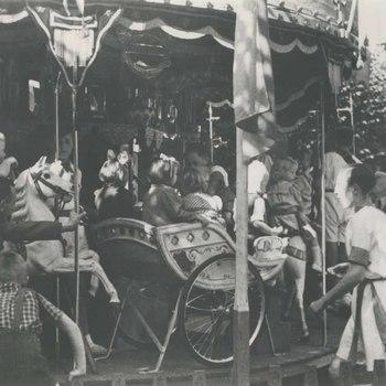 Foto, voorstellende draaimolen Culemborg en Oranje op de Markt te Culemborg, 1927 -1928