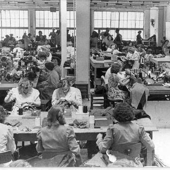 Foto, voorstellende atelier Wüst in de Grote Kerkstraat te Culemborg, circa 1950