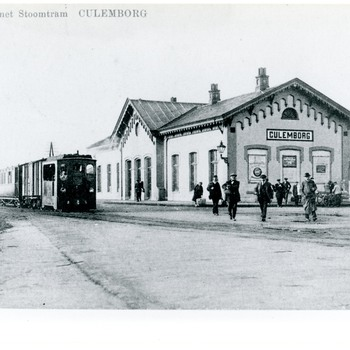 Foto, voorstellende het station met de stoomtram te Culemborg, 1906-1918