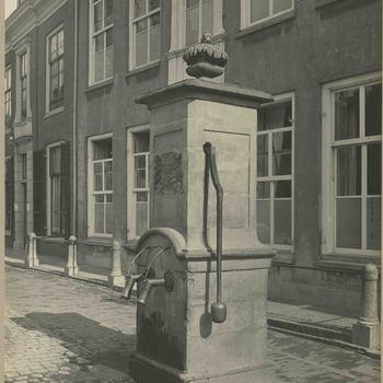 Foto, voorstellende stadspomp. Markt, Culemborg, circa 1910