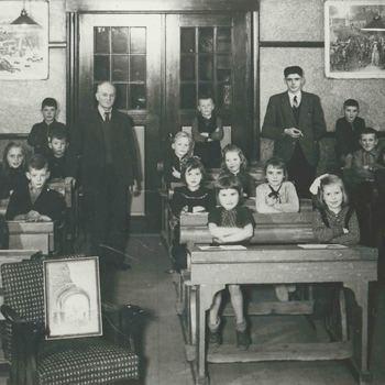 Foto, voorstellende een klas van de Scheffelschool, Ridderstraat te Culemborg, circa 1947
