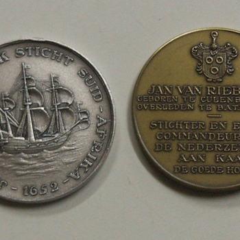 1 zilver-, 1 brons- en 1 koperkleurig metalen legpenning ter herinnering aan de Stichting van Zuid Afrika door Jan van Riebeeck in 1652