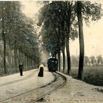 Ansichtkaart, voorstellende de Van Pallandtdreef te Culemborg met stoomtram, circa 1910