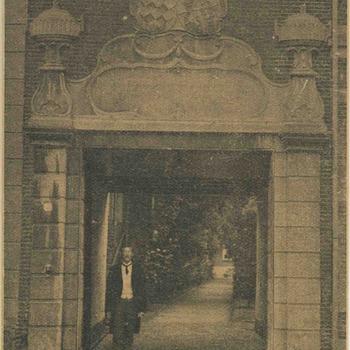 Foto, voorstellende weeshuispoort Elisabeth Weeshuis, Herenstraat te Culemborg, 1918