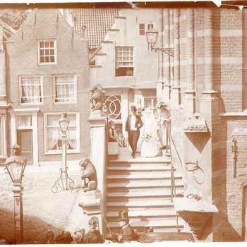Foto, voorstellende huwelijk, bordes stadhuis te Culemborg, 1911