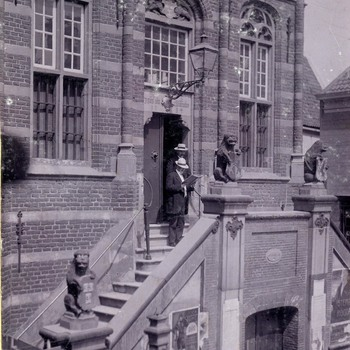 Foto, voorstellende laatste voorlezing huwelijksafkondiging te Culemborg, circa 1918