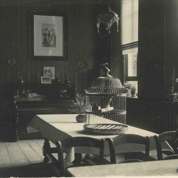 Foto, voorstellende huiskamer van het  Elisabeth Weeshuis aan de Herenstraat te Culemborg, 1930