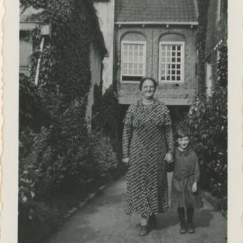 Foto, voorstellende weesmoeder Bosch met weeskind, Elisabeth Weeshuis, Herenstraat te Culemborg, circa 1940